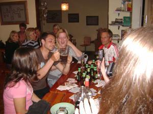 Hostelparty und Schwedinnen im Hintergrund