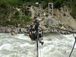 Seilbahn über reißendem Fluss…