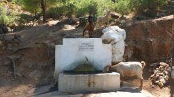 Wasserstelle für Menschen und Ziegen