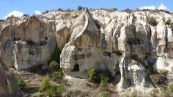 In Felsen geschlagene Höhlen