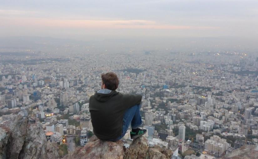 Teheran versinkt in der Abenddämmerung