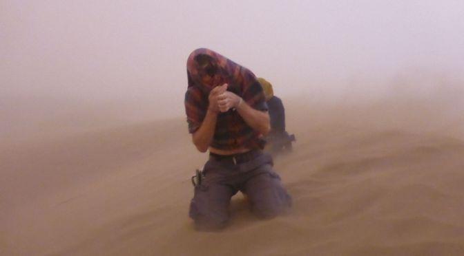 Der Sandsturm in der Wüste rollt über uns