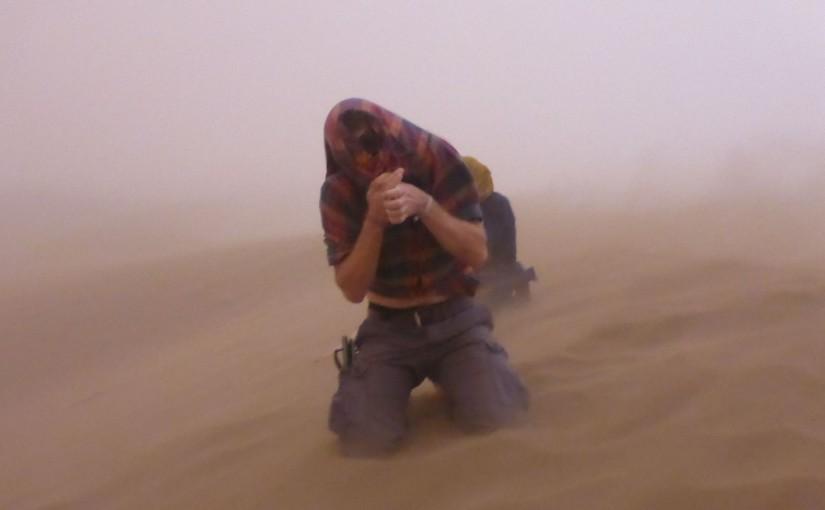 In der Wüste vom Sandsturm überrollt