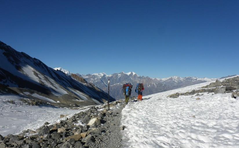 Hinter dem Pass warten 1600 Meter Abstieg