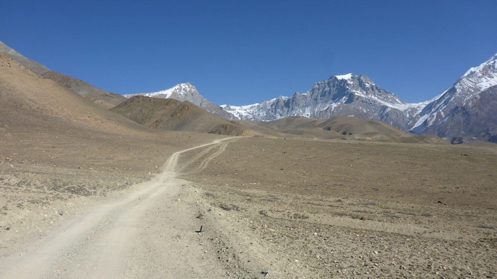 Blick aus der Wüste zurück zum Pass