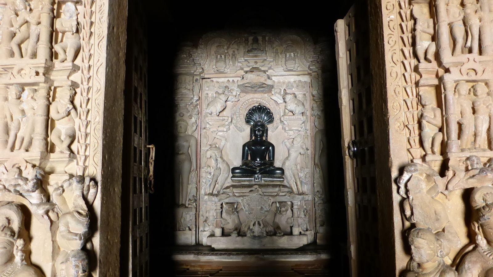 Buddha im Jain Tempel in Khajuraho