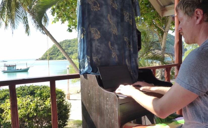 Ko Phangan – Arbeiten am Strand in Badehose