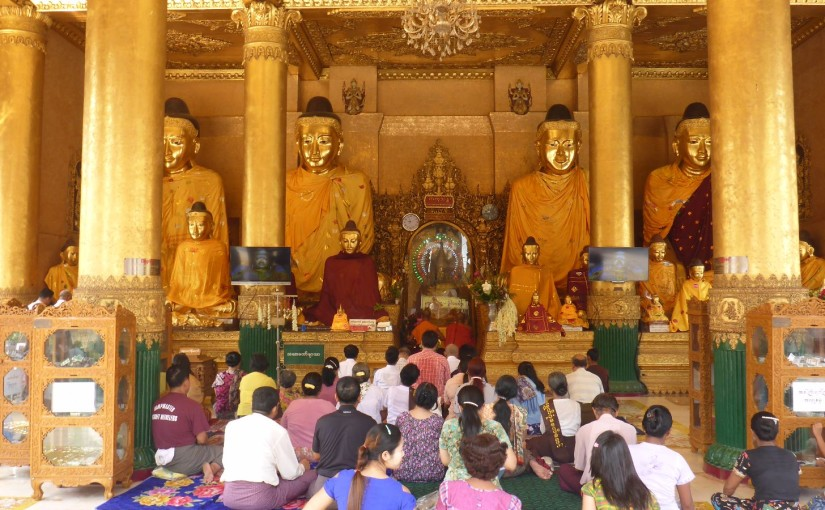 Betende Buddhisten in der Shwedagon Pagode